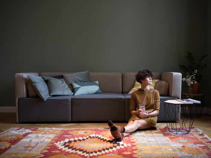 Мебель и декор в светлых тонах и еще 7 вещей в гостиной, которые могут вызвать стресс