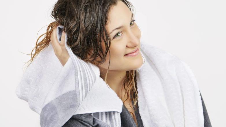 Чистка шелковым полотенцем и другие правила ухода за волосами перед сном, чтобы утром они были послушными