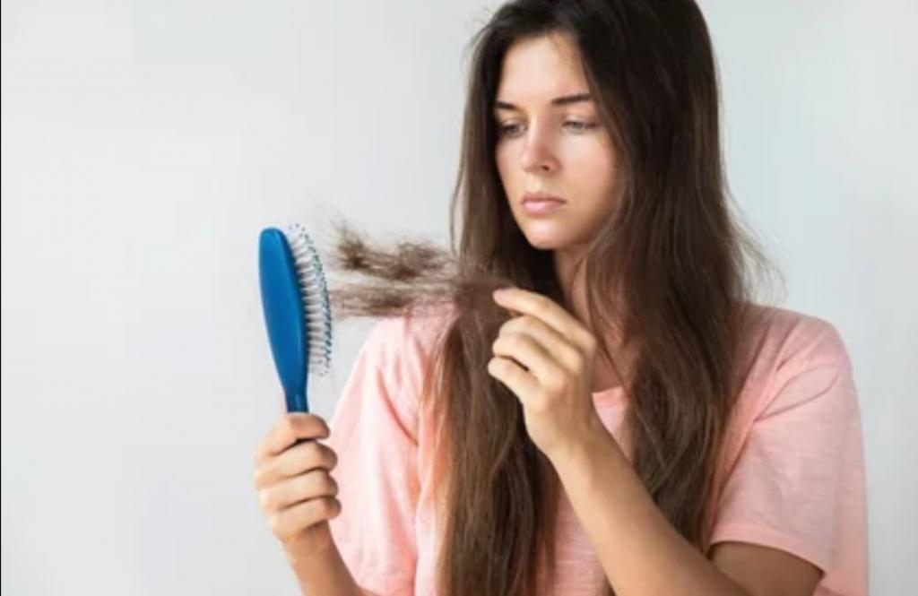 Самое простое средство от выпадения волос: вода, лимон и льняное семя
