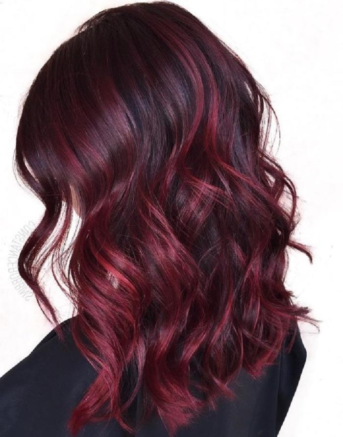 Добавят глубины цвету и придадут уверенности в себе: несколько идей окрашивания волос в бордовых оттенках
