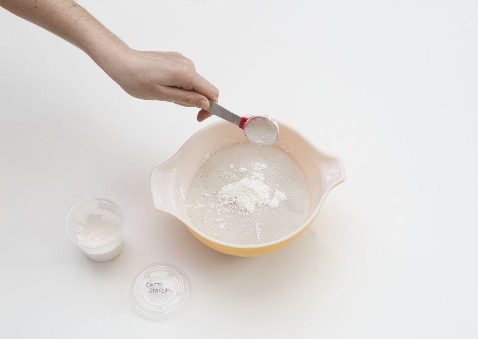 Как сделать домашний кинетический песок. Понадобится обычный песок, кукурузный крахмал и средство для мытья посуды: берем способ на заметку