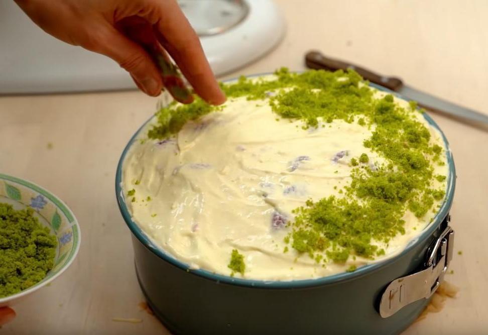 """Бисквитный торт """"Весенний"""" с апельсиновым кремом и шпинатом: рецепт яркого праздничного десерта"""