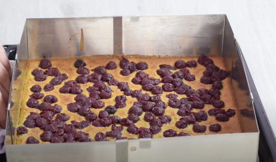 """Красивый и очень вкусный торт """"Красная Шапочка"""" с творожным кремом и вишневым желе: рецепт десерта"""