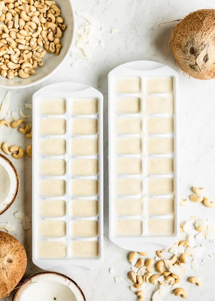 Ягодное смузи, молоко и шоколад: что еще можно заморозить в формах для льда (необычные идеи)