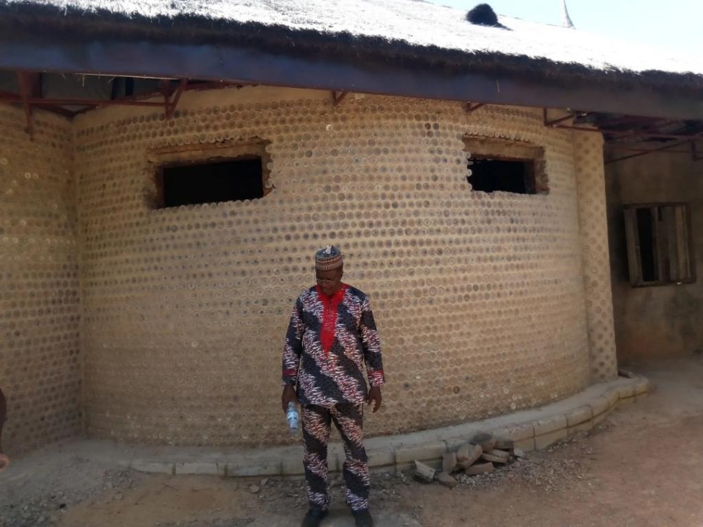 «Они прочнее кирпичных стен!»: из пластиковых бутылок инженер построил дом