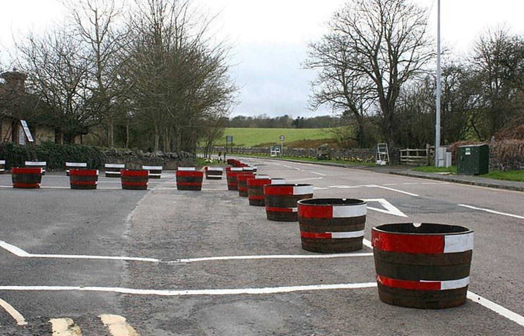Как на гоночной трассе: почему в британской деревне на дороге установили красно-белые бочки