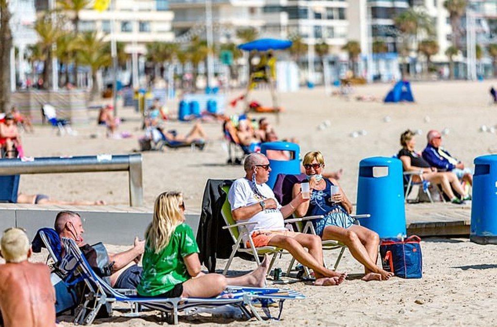 На пляже загорать только в масках: Испания ужесточает правила для отдыхающих