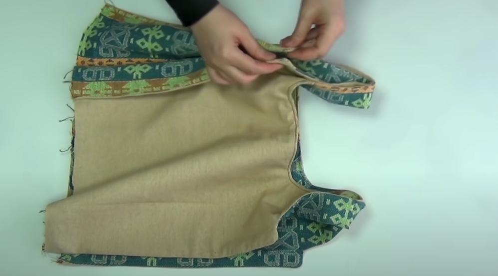 Достаточно сшить два куска ненужной ткани и о вечно рвущихся пакетах можно забыть: экологичная и даже модная хозяйственная сумка