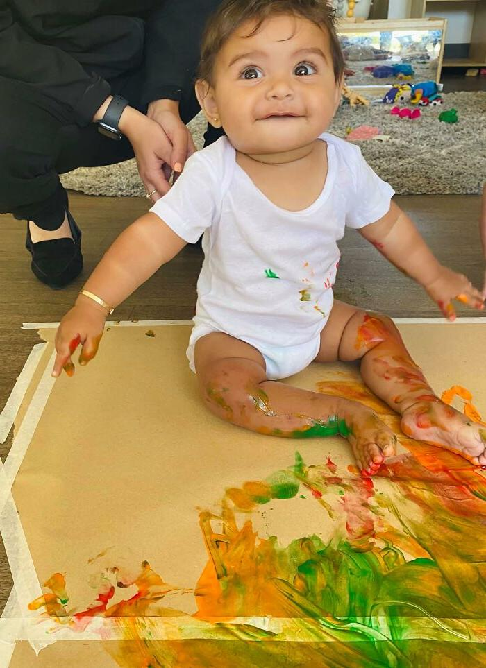 Няня усадила малышей на групповой сеанс рисования. Фото быстро стали вирусными