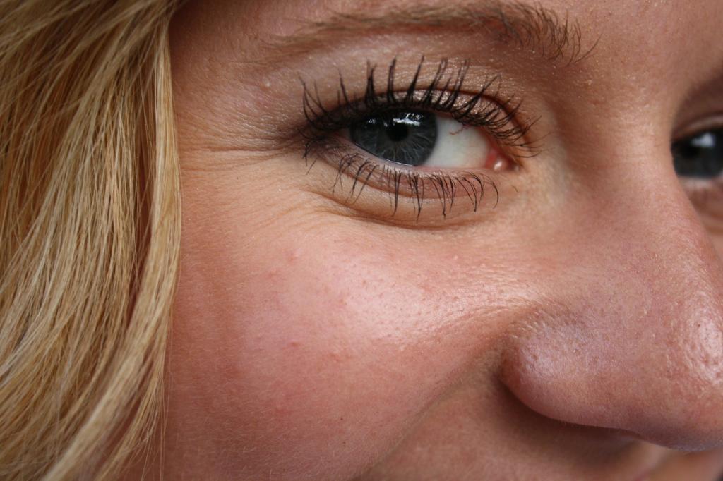 Уход за кожей вокруг глаз дорогой, а морщины только глужбе: в чем женские ошибки