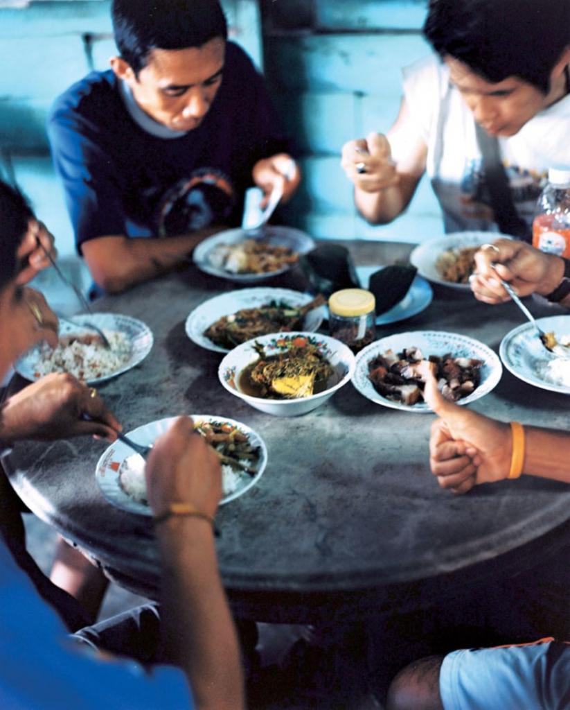 Не успели еще глаза открыть: в каком городе люди просыпаются на завтрак в 4 часа утра