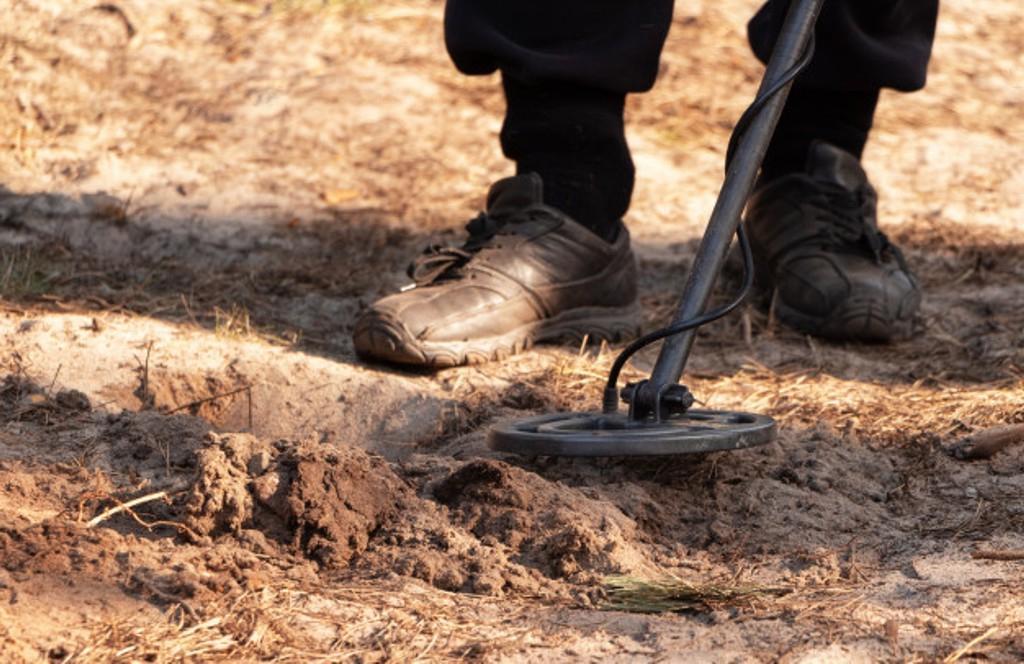 Старик случайно обнаружил зарытыми в земле свои гаечные ключи, которые пропали много лет назад. Вместе с ними нашелся и виновник