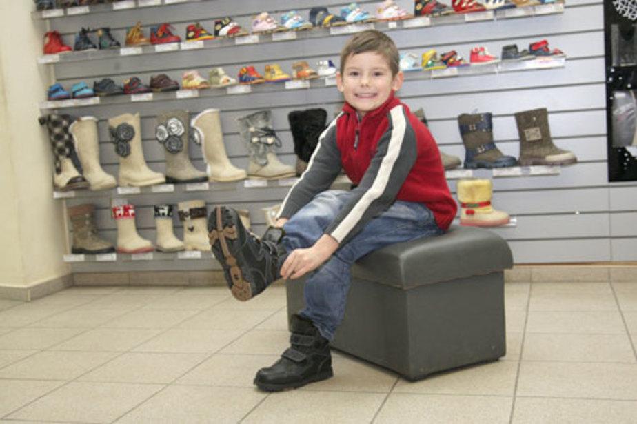 «Тест большого пальца» и другие ошибки, которые совершают родители при покупке детской обуви
