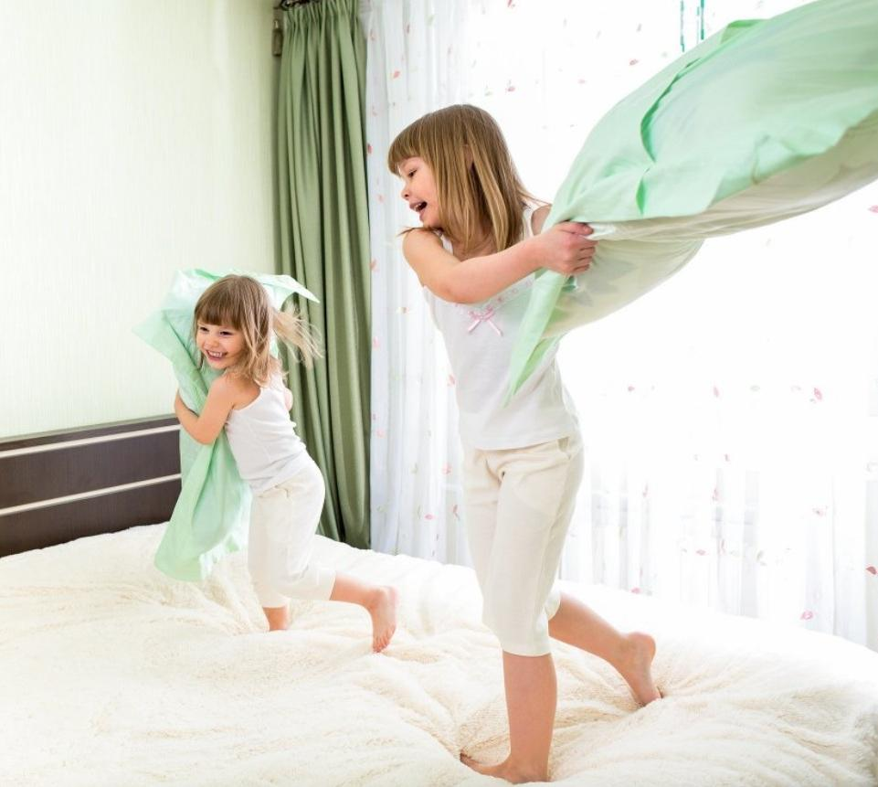 Игра, за которую нас ругали в детстве. Почему лучше разрешить детям драться подушками: 3 причины