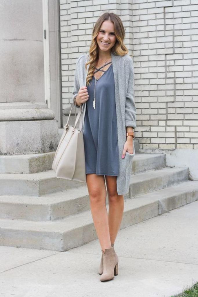 """Чтобы выглядеть стильно, а не """"по-старушечьи"""": как носить весной платье с модным длинным кардиганом женщинам за 35 (советы и примеры)"""