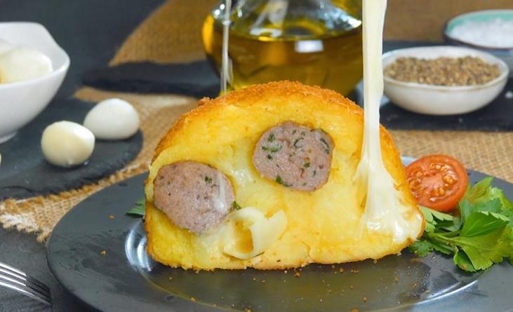 Такой необычной картошке с фаршем и сыром гости будут аплодировать: рецепт