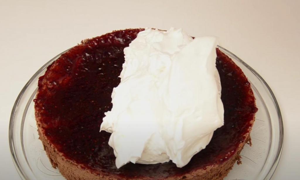 """Шоколадно-бисквитный торт """"Лесная ягода"""" со взбитыми сливками: десерт готовится с вареньем"""