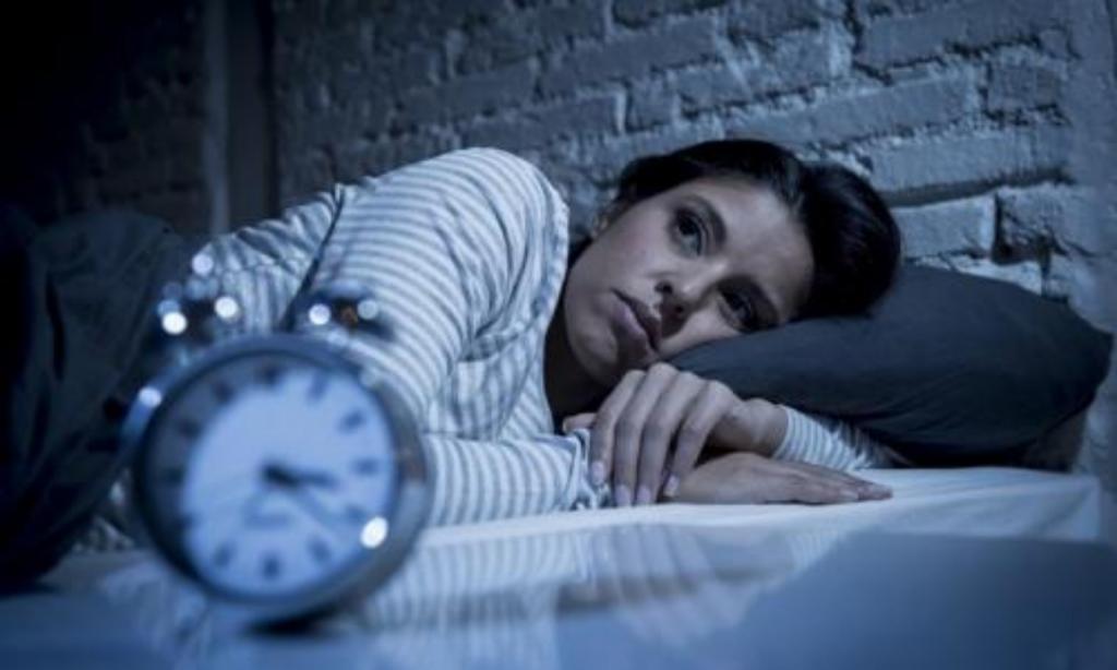 Ножницы не изгонят злых духов: какие предметы не должны находиться у изголовья кровати в спальне