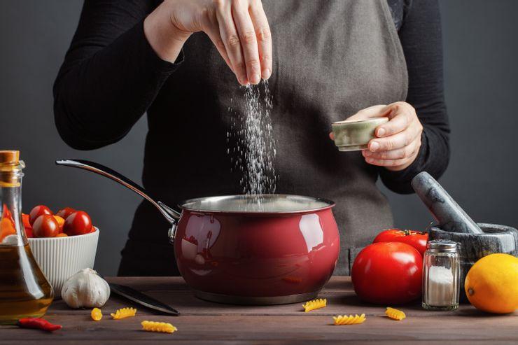 Что сделать с мясом перед жаркой и как правильно солить блюдо: полезные приемы, которым учат в кулинарных школах
