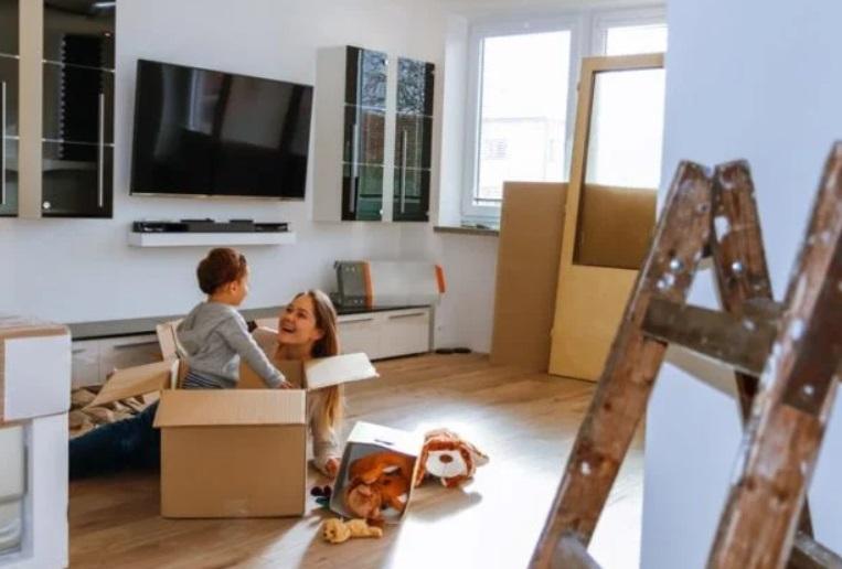 Светлая мебель, фоновый шум и не только: 8 вещей в гостиной, приводящие к стрессу