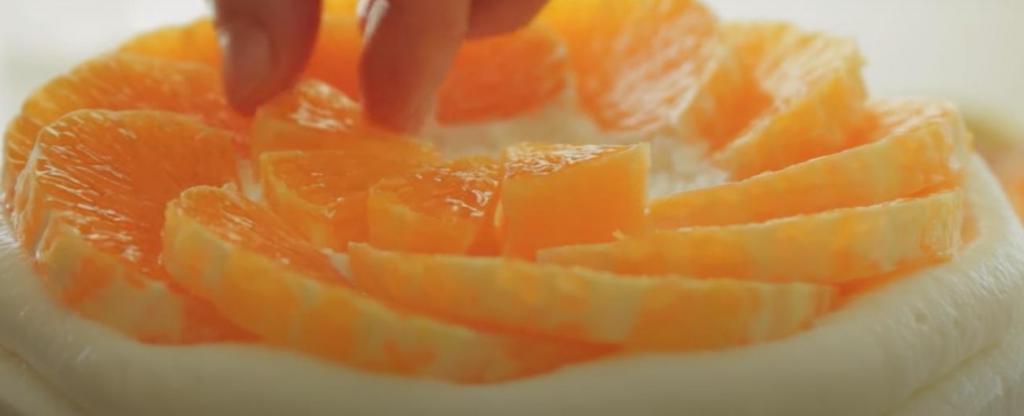 Цитрусовое блаженство: учимся готовить необычный торт из бисквита, нежного крема и кусочков свежего апельсина