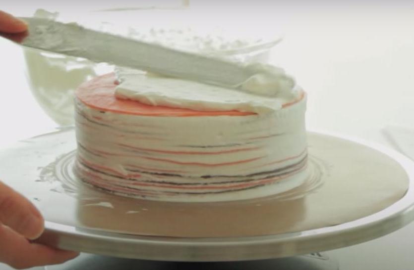 Клубника и шоколад – беспроигрышное сочетание: как приготовить блинный тортик с невероятно нежным вкусом