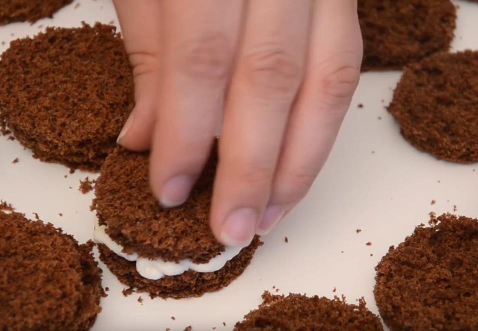 Шоколадно-сливочные пирожные с глазурью и кокосом: рецепт красивого несложного десерта