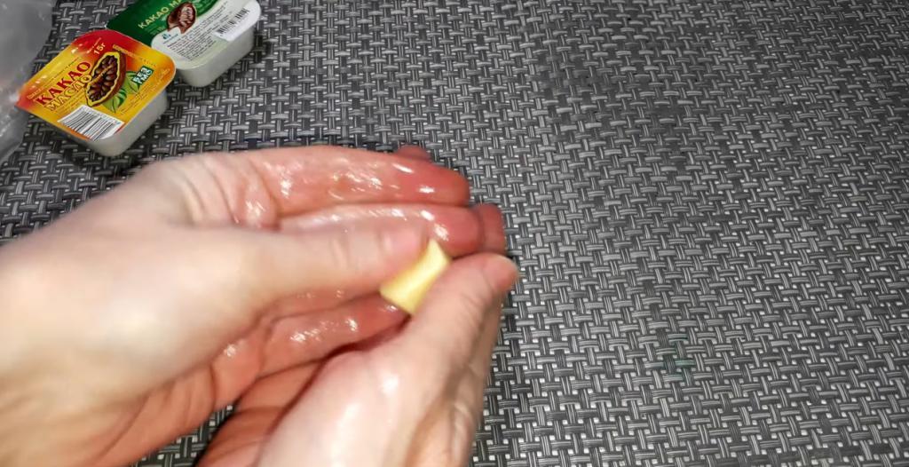 После огорода советуют растопить брусочек масла в руках: руки будут гладкими после первого применения