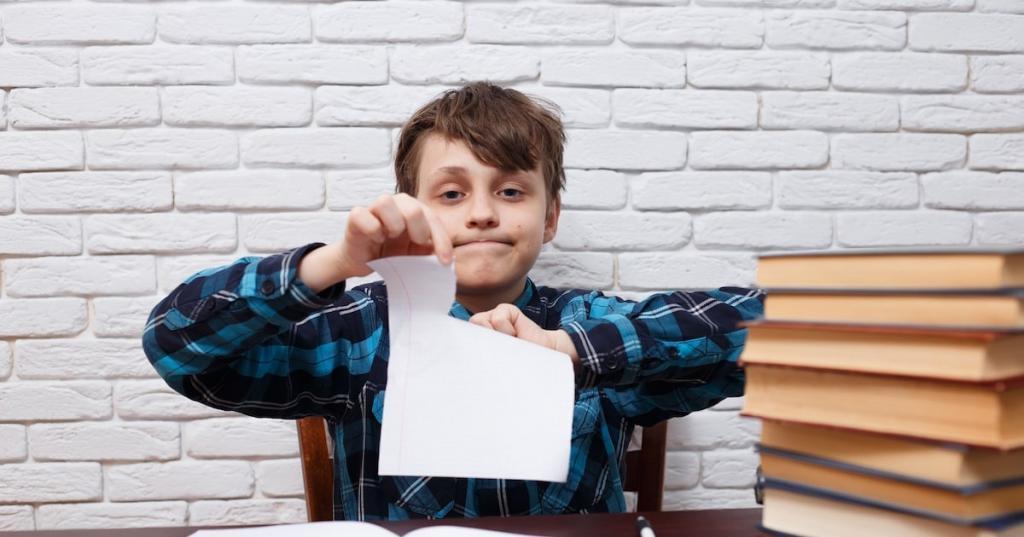 Пусть ребенок рвет бумагу или пускает пузыри: шесть способов помочь малышу справиться с гневом
