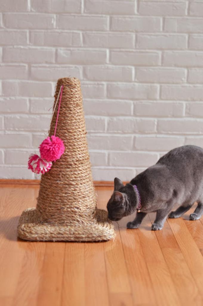 Как из пластикового дорожного конуса сделать удобную когтеточку для кота. Получается очень удобно и экономно