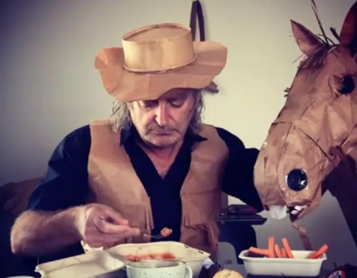 Австралиец сделал бумажного коня, чтобы не скучать на двухнедельном карантине