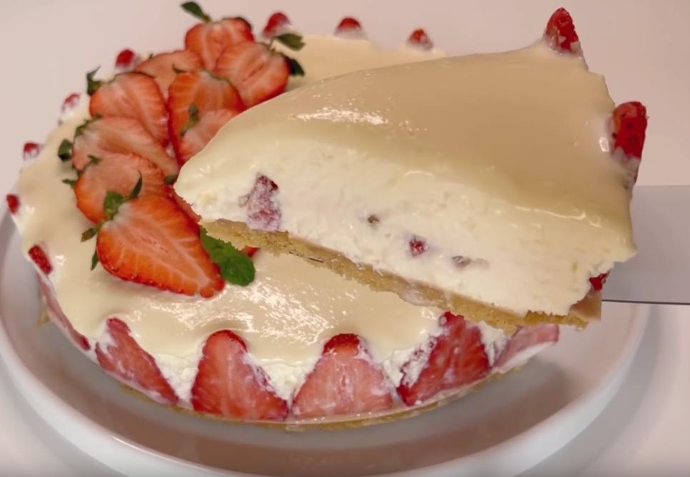 Торт без выпечки с клубникой, сливочным кремом и глазурью из белого шоколада - простой в приготовлении, но очень вкусный десерт