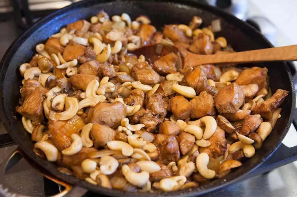 Орехи, лук и куриное филе. Сочный вариант рагу для тех, кто любит грудку