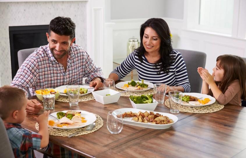 Семейные обеды снижают риск ожирения и улучшают здоровье, считают ученые