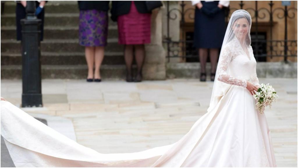"""""""Меня никто не учил гимну"""": эксперты удивлены, что Меган Маркл ждала """"обучения быть принцессой"""". Кейт всему училась сама"""