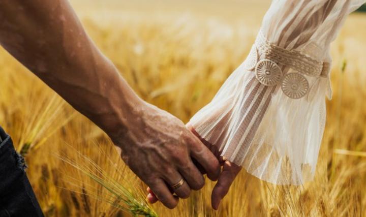 Женщина идет по правую руку от мужчины: историки рассказали, что для этого есть причины