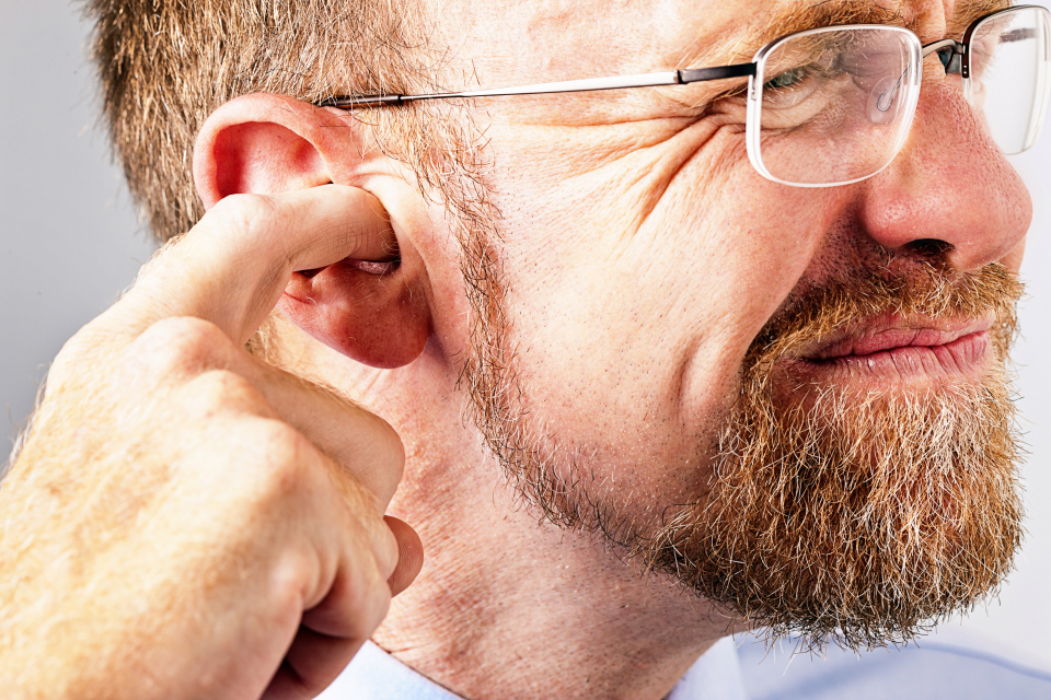 Врачи призывают людей не пользоваться ватными палочками: как чистить уши другим способом