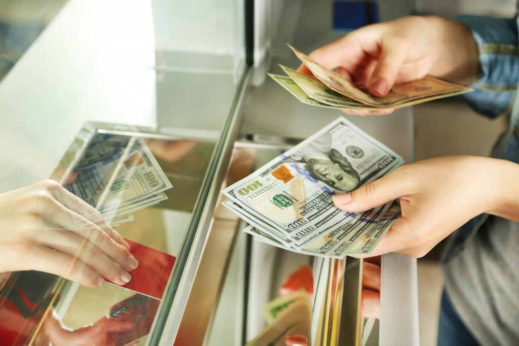 В марте россияне чаще меняли валюту