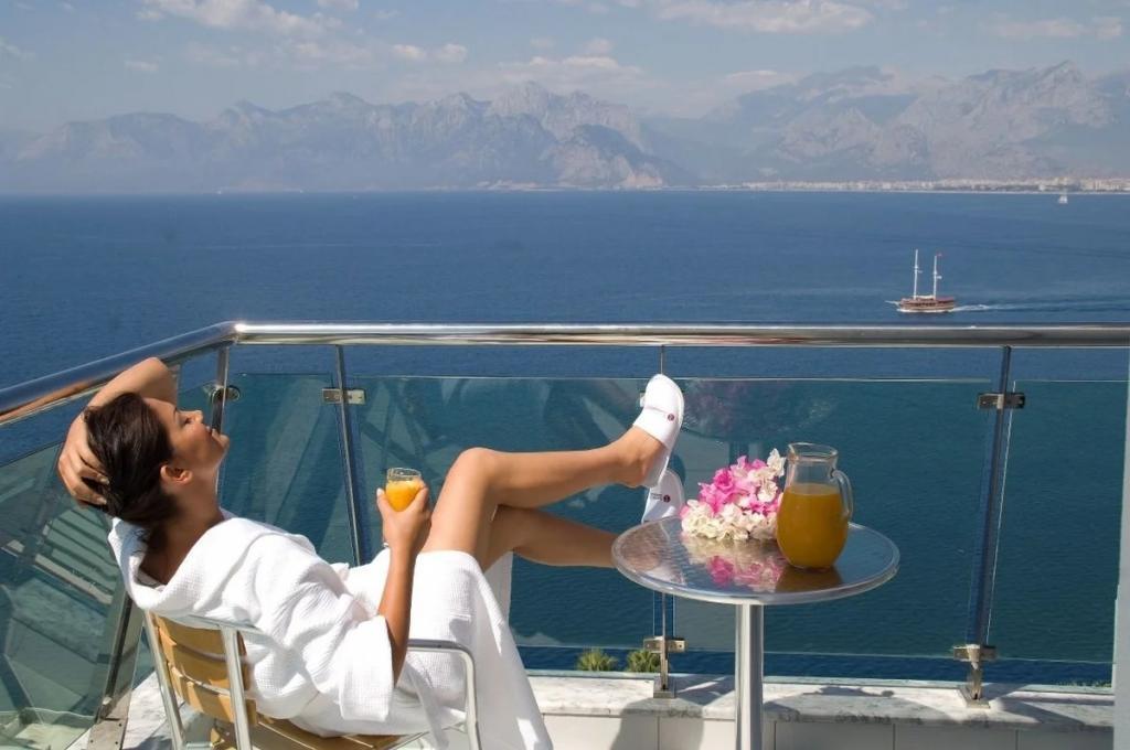 Никаких поблажек: туристы, отдыхающие на Кипре, смогут покидать отели только по SMS-соощениям