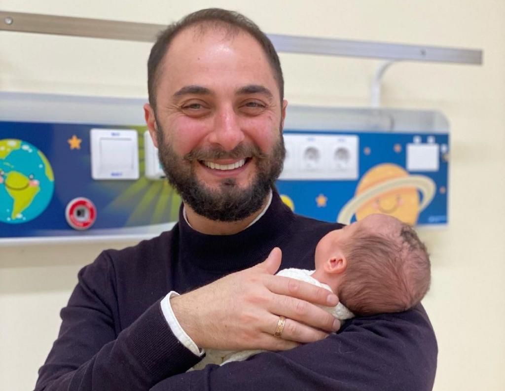 Красотка Пелагея родила ему 4 детей: огромная семья Демиса Карибидиса (фото)