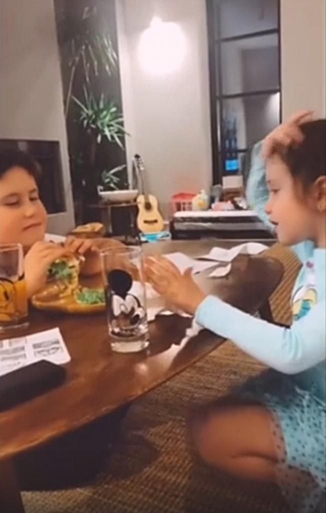 Бургеры от Павла Прилучного: актер показал, как развлекается с детьми и готовит для них вкусные блюда