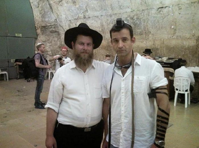 Что это за ремни, которые религиозные евреи наматывают на себя (а внутри коробочек они держат настоящую ценность)