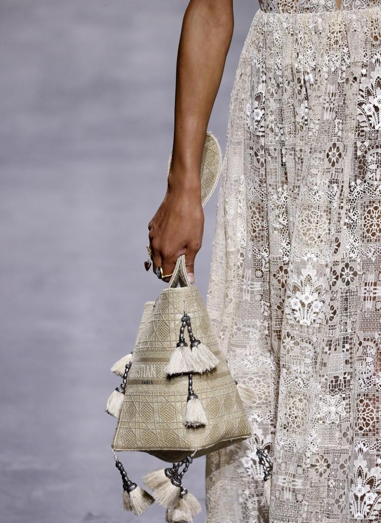 Большие, маленькие, плетеные, спортивные: как вписать в свой гардероб трендовые сумки сезона весна-лето-2021