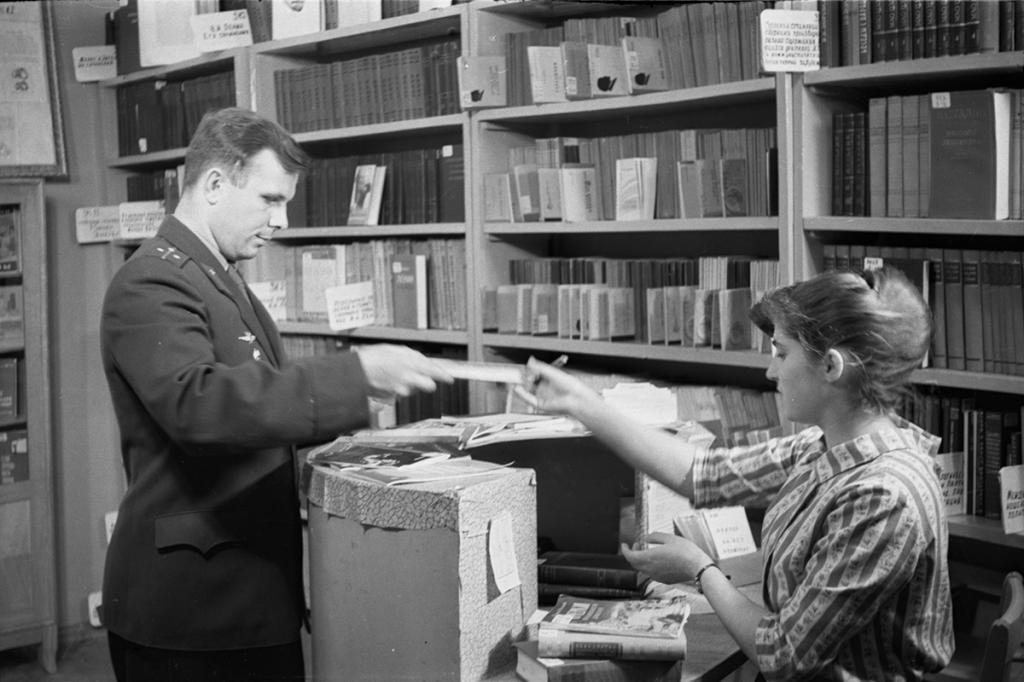 Как выглядело удостоверение первого космонавта планеты: к 60-летию полета Юрия Гагарина Минобороны рассекретило архивные документы