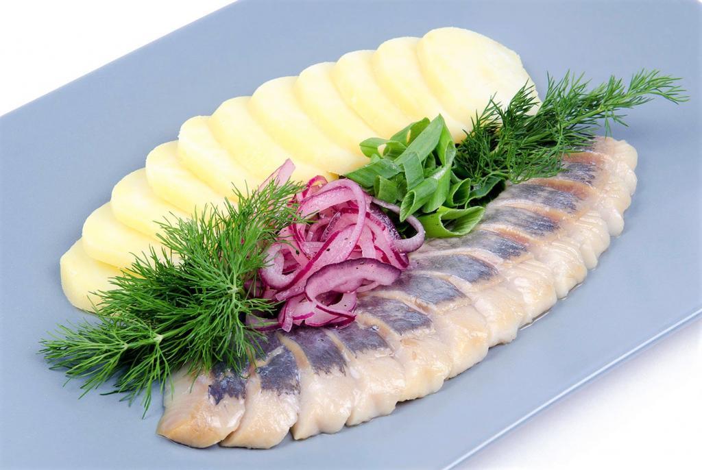 Сельдь - это продукт, регулярное употребление которого положительно влияет на работу сердечно-сосудистой системы и щитовидной железы