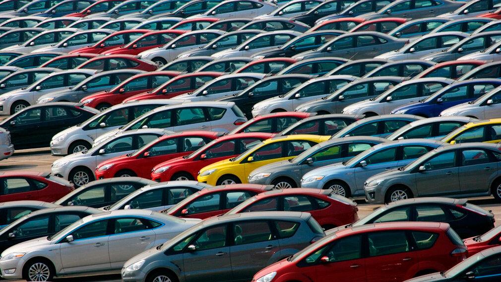 Несколько заводов уже сократили объемы производства: мироказался перед угрозой дефицита автомобилей