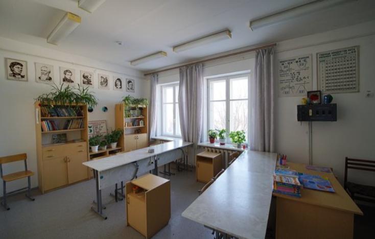 Деревенская школа выглядит как особняк, но учится в ней всего 9 человек: первый урок прошел в 1999 году, а как она выглядит сейчас