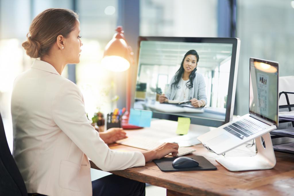 Почему женщины часто кажутся менее харизматичными на видеовстречах: ученые изучили передачу голоса через Zoom, Skype или Teams