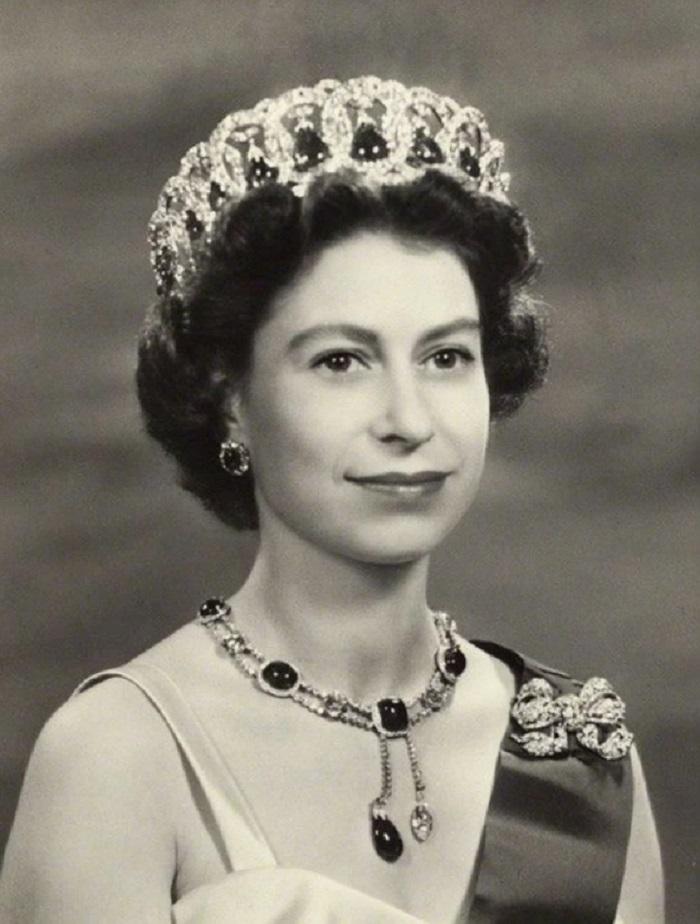 Загадка Владимирской тиары: почему Елизавета II носит корону Романовых
