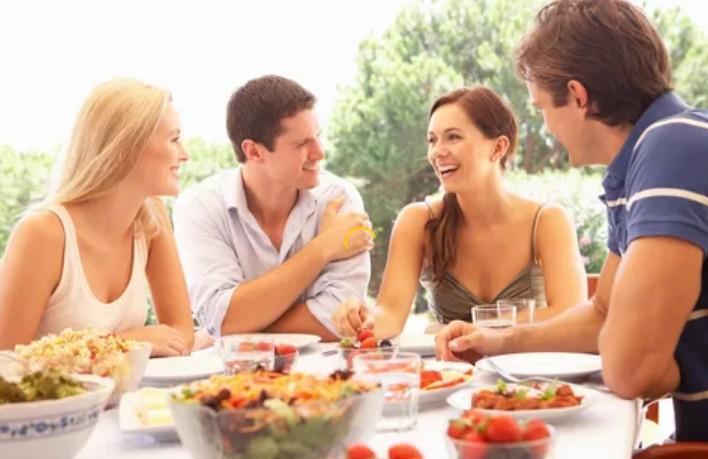 Как тактично выпроводить засидевшихся гостей: начать убирать со стола и мыть посуду и другие способы